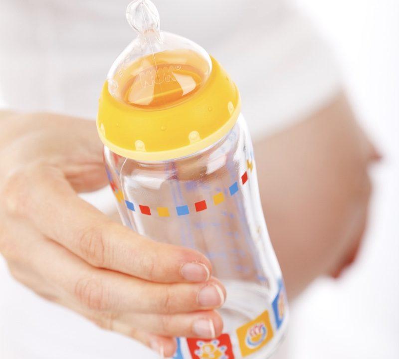 妊婦と哺乳瓶